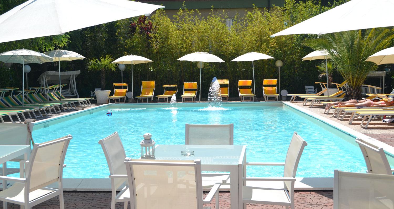 hotel-riccione-offerte-giugno-tre-rose-con-2-piscine