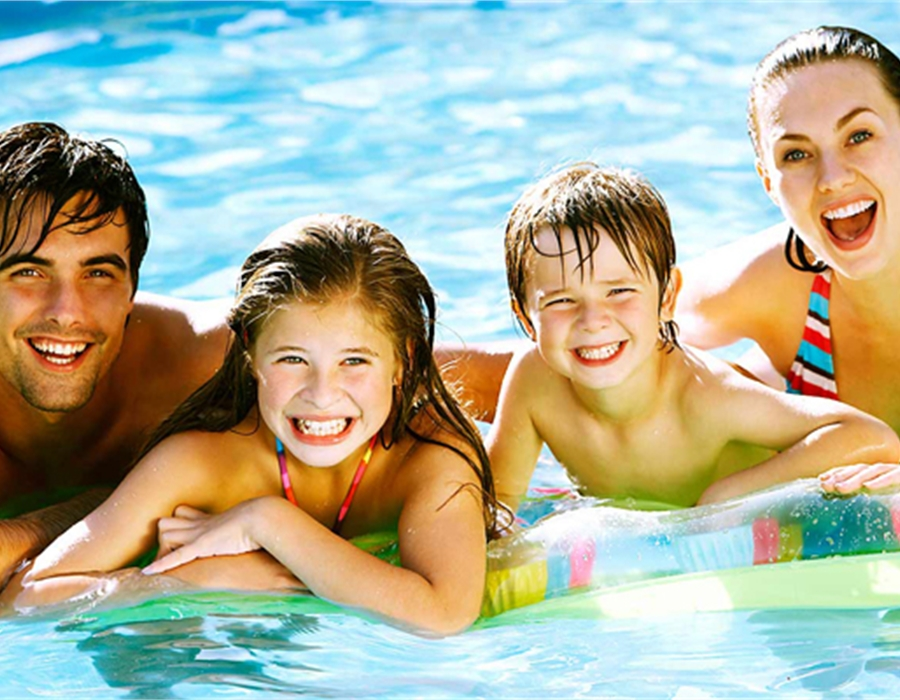 famiglia in piscina 4