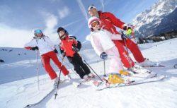 bambini_famiglia-sulla-neve_sci-discesa_ph
