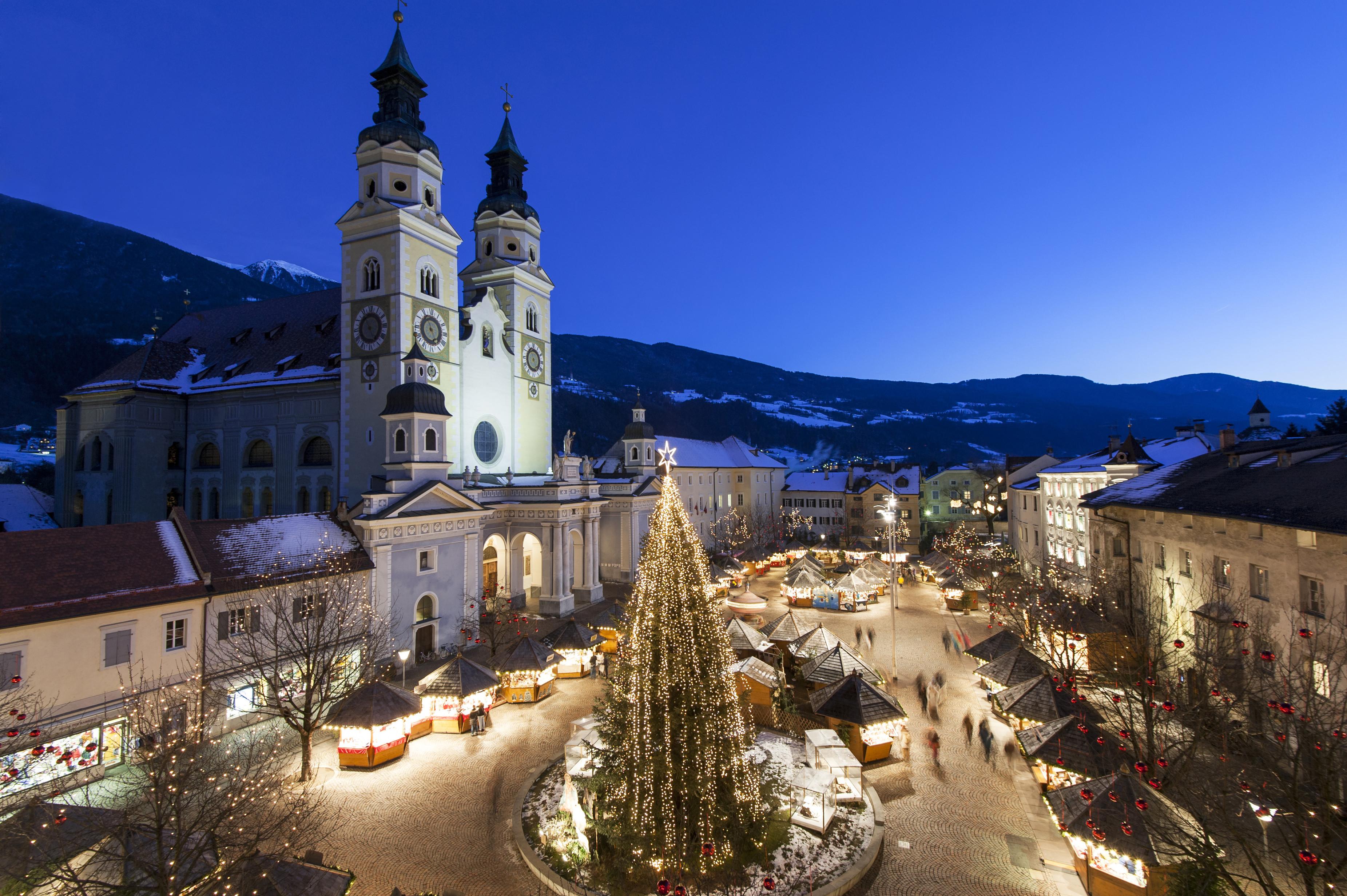 Besinnliche Abendstimmung verbreitet sich über den mit weihnachtlichen Lichterketten geschmückten Christkindlmarkt rund um den Brixner Dom.