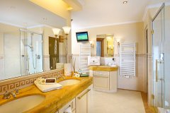 Schlosshotel-Fiss_Familiensuite-Bergkristall-Badezimmer