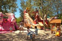 villaggio con parco giochi per bambini in sardegna