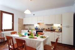 TR-airone-cucina-tavola-imbandita-copia