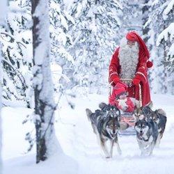babbo natale con le renne a rovaniemi