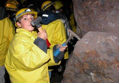 bambini-provano-il-duro-lavoro-del-minatore_1