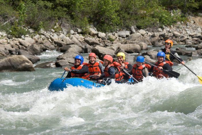 Rafting con i bambini sul Tatshenshini River in the Yukon, Canada