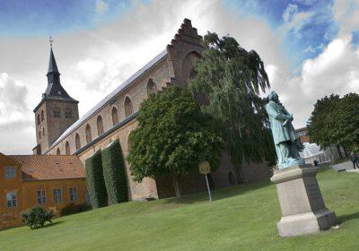 Cattedrale di Odense e la statua di Hans Christian Andersen in Danimarca con i bambini