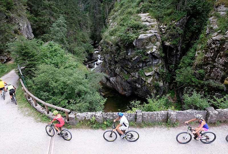 e-bike e trekking in trentino con la famiglia